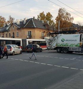 Vilniuje susidūrė šiukšliavežė ir autobusas: sužeisti keleiviai, strigo eismas