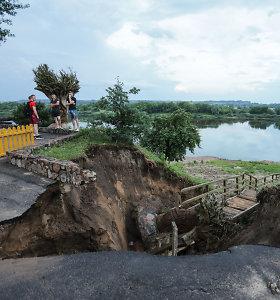 Liūtis pridarė žalos Vilkijai: šalia apžvalgos aikštelės atsivėrė 5 metrų pločio įgriuva