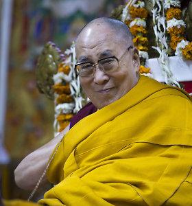 """Dalai Lama """"smarkiai gailisi"""" dėl savo komentarų apie moteris"""