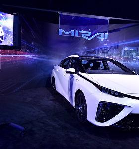 """""""Toyota Mirai"""" pristatymas su filmo """"Atgal į ateitį"""" aktoriais"""