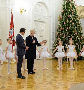 Dalia Grybauskaitė kartu su vaikais ir kaimo bibliotekininkais įžiebė pirmąją Kalėdų eglę