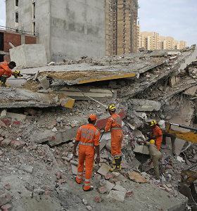 Indijoje pastato sugriuvimo aukų padaugėjo iki penkių, vyksta dingusiųjų paieškos