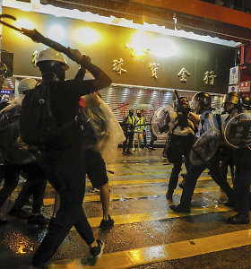 Honkongo policija ašarinėmis dujomis vaiko draudimo protestuoti nepaisiusius demonstrantus