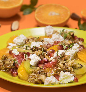 Gaivus vasariškas užkandis: citrusų salotos su varškės sūriu