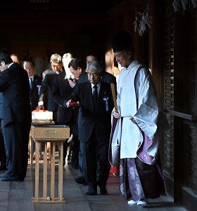 Dešimtys Japonijos parlamentarų apsilankė prieštaringai vertinamoje Jasukunio šventykloje