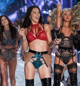 """Adriana Lima neskuba užleisti vietos jaunesnėms: """"Victoria's Secret"""" podiumu žengs iki 40 metų"""