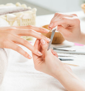 Galvos skausmas, blyški oda ir lūžinėjantys nagai gali signalizuoti rimtą ligą