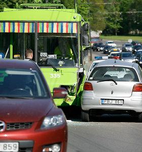 """Prieš eismą Kaune išlėkusi """"Toyota"""" taranavo troleibusą"""