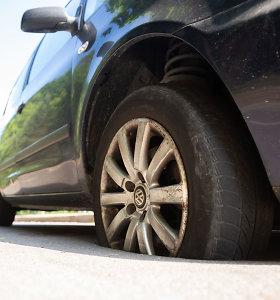Vilnietės automobilis prasmego įkaitusiame asfalte: tarnybos aiškinasi priežastį
