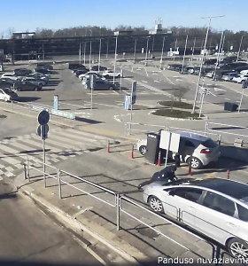 Vilniuje nufilmuota, kaip taksistas nelegalas ant variklio dangčio išveža jį stabdžiusį pareigūną