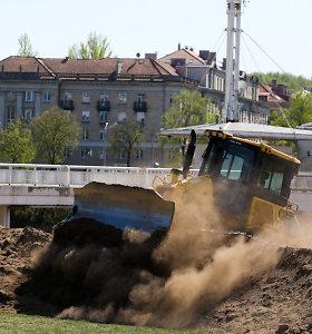 Saulei šviečiant prie Baltojo tilto karaliauja ne poilsiautojai, o traktoriai