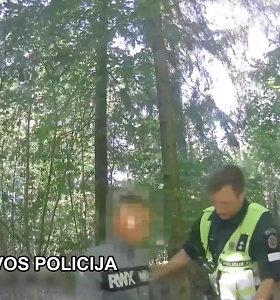 Nuo Šiaulių policijos sprukęs mopedo vairuotojas buvo per girtas įveikti miško keliuką