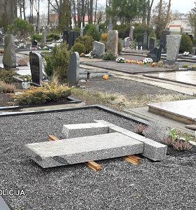 Panevėžio kapinėse nuvirto paminklas: policija ieško prižiūrinčio asmens