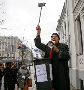 """KTU protestas su """"dipLOMAIS"""": įkvėpti J.Narkevičiaus moto ėmė šventinti visus į Kauno daktarus"""