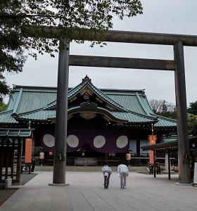 Japonijos parlamentarai aplankė prieštaringai vertinamą karo šventyklą