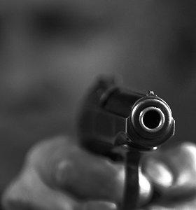 """Girtas tauragiškis teisėtai turimu """"Makarov"""" pistoletu peršovė įstiklintą balkoną"""