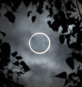 """""""Kartą per 40 metų"""": Azijoje stebimas """"ugnies žiedu"""" vadinamas Saulės užtemimas"""