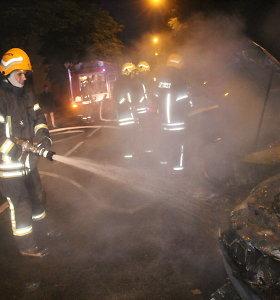 Utenoje – nerimas dėl padegėjo: dega automobiliai, supleškėjo ir policijos tyrėjo BMW