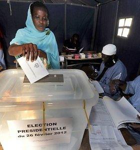 Neoficialūs rinkimų rezultatai parodė, kad Senegale gali prireikti antro prezidento rinkimų rato