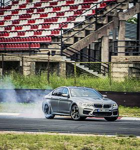 Rimtas išbandymas: BMW M2 Competition ir BMW M5 testai Bikerniekų trasoje