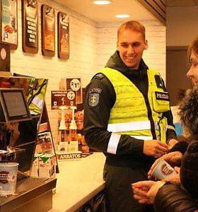 Policija neima, bet duoda: Antikorupcijos dieną Telšių pareigūnai eismo dalyvius vaišino kava