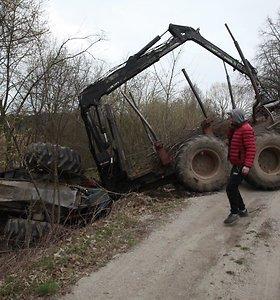 Gargždų pakraštyje – traktorius griovyje: alkoholis nekaltas, kaltas greitis?