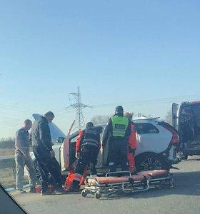 """Didelė avarija greitkelyje Kaunas–Klaipėda: sunkvežimis iš Latvijos suknežino """"Volvo"""" visureigį"""