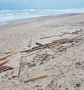 Vėjo genamos bangos pajūry krečia išdaigas