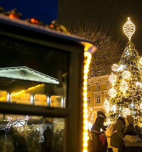 Vilniaus Rotušės aikštėje sutvisko Kalėdų eglė
