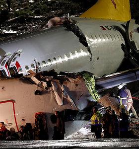 Stambulo oro uoste nuo tako nuslydęs lėktuvas lūžo į tris dalis