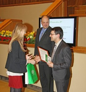Apdovanoti geriausiai lietuvių kalbą mokantys moksleiviai ir jų mokytojai