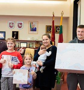 Nuo šiol ne tik Kauno rajone, bet ir mieste: kūdikio susilaukusioms kauniečių šeimoms – dovana