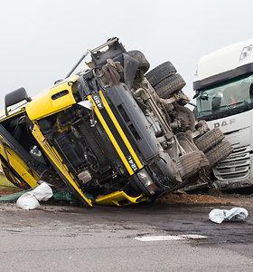 Greitkelyje Kaunas–Klaipėda – didelė sunkvežimių avarija
