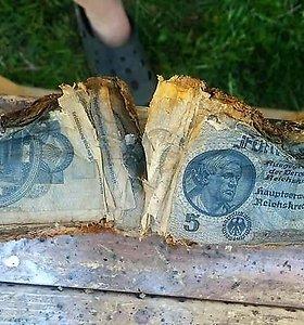 Šiaulių rajone šalia senos sodybos rastas reichsmarkių prikimštas vokiškos dujokaukės dėklas