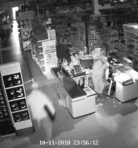 Kaukėti ir kirtikliu ginkluoti plėšikai iš parduotuvės pavogė kasos aparatų stalčius