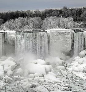 Kvapą gniaužantis vaizdas: užšalo dalis visuomet tekančių Niagaros krioklio  srovių