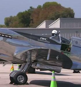 """Legendiniu naikintuvu """"Spitfire"""" aplink pasaulį skrendantys pilotai nustebino Kaliforniją"""
