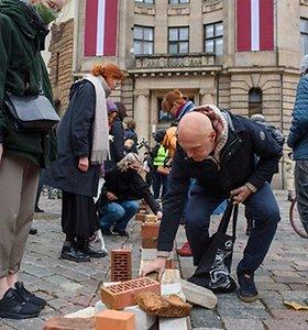 Latvijos sostinėje kūrėjai kraudami plytas protestavo prieš planus didinti mokesčius