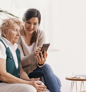 """Psichologė: dėl tėvų ar senelių bendravimo su """"telefoniniais draugais"""" artimieji kartais jaučia ir kaltę"""