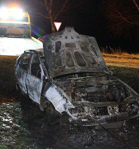 """Pasvalio rajone sudegė nuo kelio nuvažiavęs """"Renault"""""""