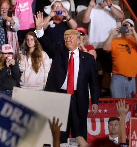 """Donaldas Trumpas pasidžiaugė pirmuoju šimtu savo tarnybos dienų ir perspėjo apie """"didelius mūšius"""""""