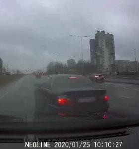 Nufilmuota, kaip agresyviai BMW vairuotojas atakavo jam neįtikusį automobilį