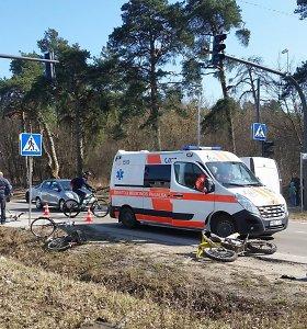 Tris dviratininkus sužalojusį motociklininką Kaune prašoma suimti mėnesiui