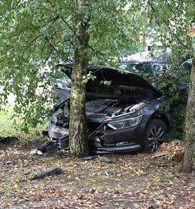 """Jurbarke su """"Renault"""" susidūręs """"Volkswagen"""" nulaužė elektros stulpą"""