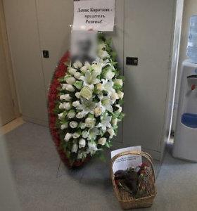 """""""Novaja Gazeta"""" redakcija vėl bauginama: siunčiami laidotuvių vainikai su grasinimais"""
