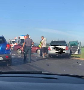 Naujai išklotame kelyje Klaipėdos rajone – dviejų automobilių kaktomuša: sužaloti 3 asmenys