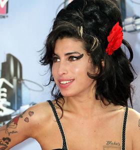 3 žymiosios dainininkės Amy Winehouse įkvėptos vasariškos šukuosenos