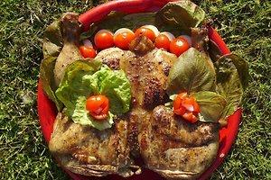 Ant žarijų keptas sultingas česnakinis viščiukas (Anželikos K. receptas)