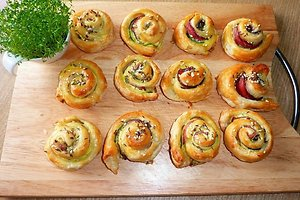 Sluoksniuotos tešlos pyragėliai su cukinijomis ir kumpiu (Helenos J. receptas)