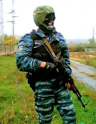 """Vladimiras Didykas su specialiųjų pajėgų """"Berkut"""" kovotojo kovine apranga"""